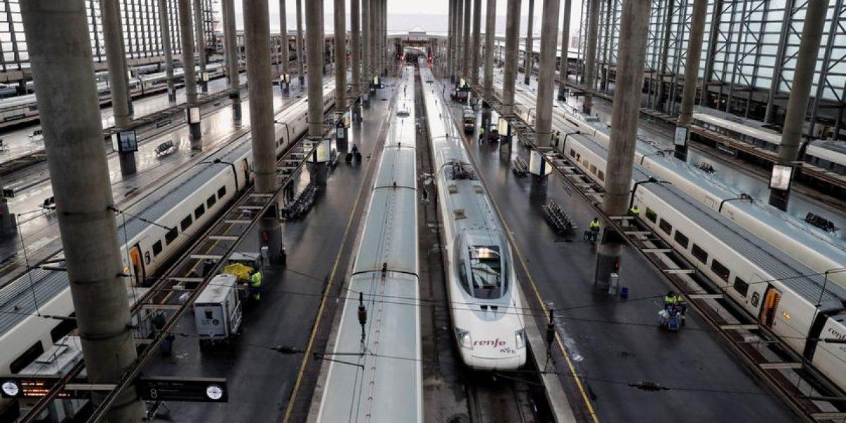GRAF2251. MADRID, 20/12/2019.- Aspecto que presenta este viernes la estación de Atocha (Madrid). Renfe ha suprimido la circulación de 271 trenes -39 de alta velocidad y larga distancia y 232 de media distancia-, de los 1.034 previstos para la jornada de hoy con motivo de la huelga de 23 horas convocada por la Confederación General de Trabajadores (CGT) en Adif y Renfe. EFE/J.J. Guillén